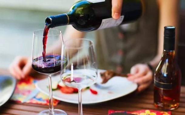 Бокал вина за обедом – норма для стран Европы